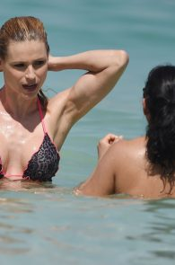 michelle-hunziker-wearing-a-bikini-in-dubai-12