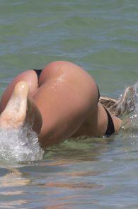 natasha-oakley-and-devin-brugman-wearing-black-bikinis-on-mondi-beach-04