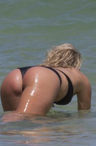 natasha-oakley-and-devin-brugman-wearing-black-bikinis-on-mondi-beach-05