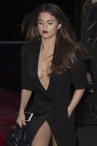 selena-gomez-cleavage-and-upskirt-in-paris-27