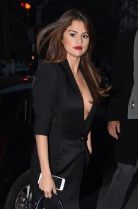 selena-gomez-cleavage-and-upskirt-in-paris-31
