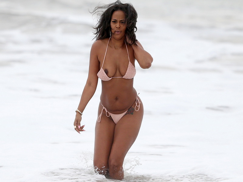 sundy-carter-boob-slip-on-the-beach-07