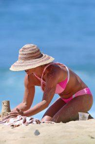 britney-spears-pink-bikini-in-hawaii-02