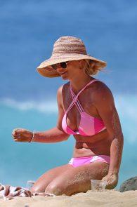 britney-spears-pink-bikini-in-hawaii-03