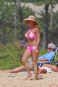 britney-spears-pink-bikini-in-hawaii-05