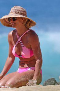 britney-spears-pink-bikini-in-hawaii-07
