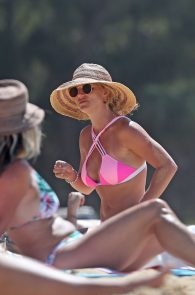 britney-spears-pink-bikini-in-hawaii-09