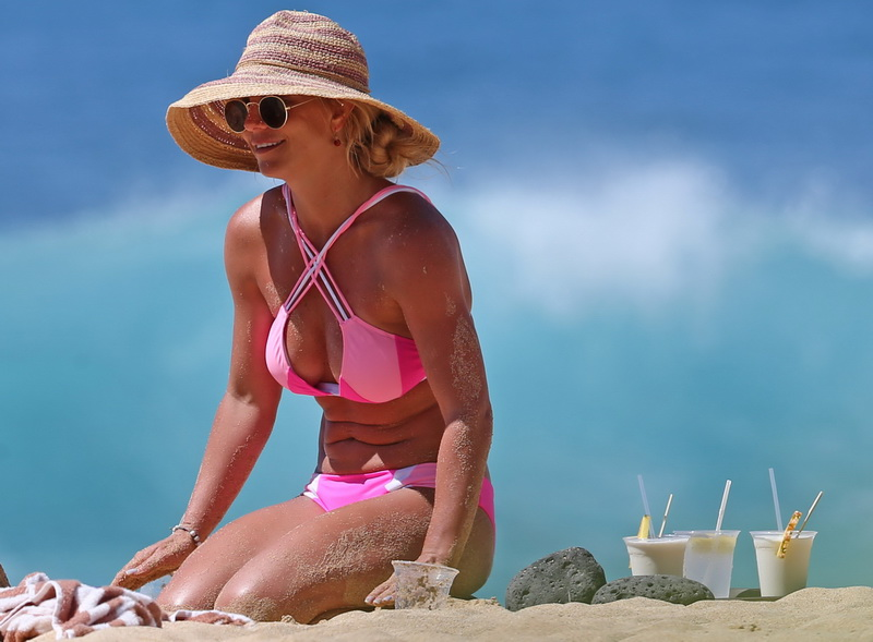 britney-spears-pink-bikini-in-hawaii-21