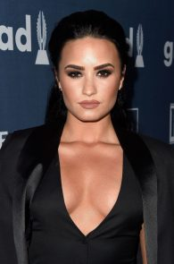 demi-levato-cleavage-at-27th-annual-glaad-media-awards-06