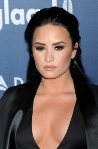 demi-levato-cleavage-at-27th-annual-glaad-media-awards-08