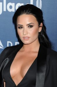demi-levato-cleavage-at-27th-annual-glaad-media-awards-09