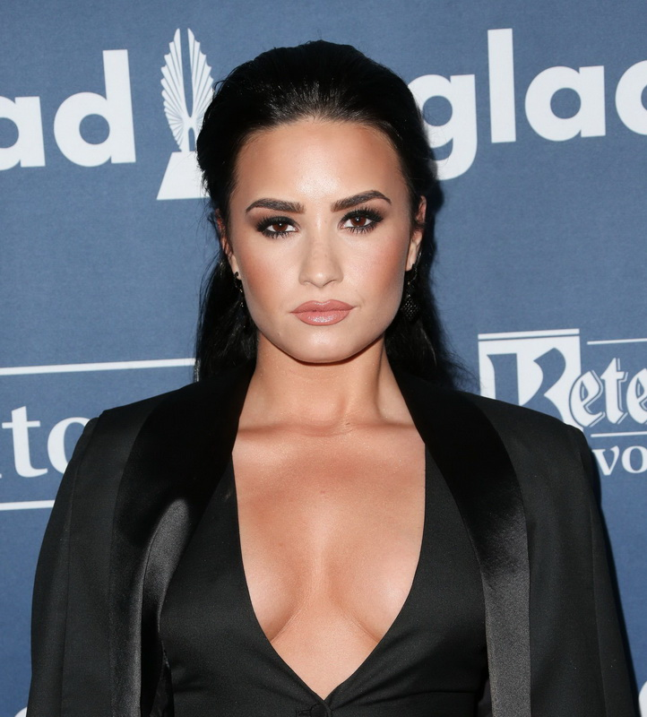 demi-levato-cleavage-at-27th-annual-glaad-media-awards-20