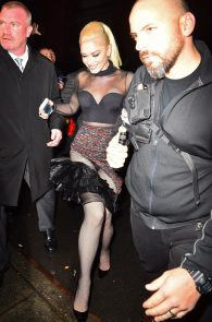 gwen-stefani-panty-peek-upskirt-at-snk-after-party-in-ny-03