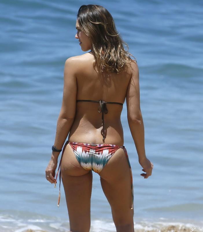 jessica-alba-wearing-a-bikini-in-hawaii-327