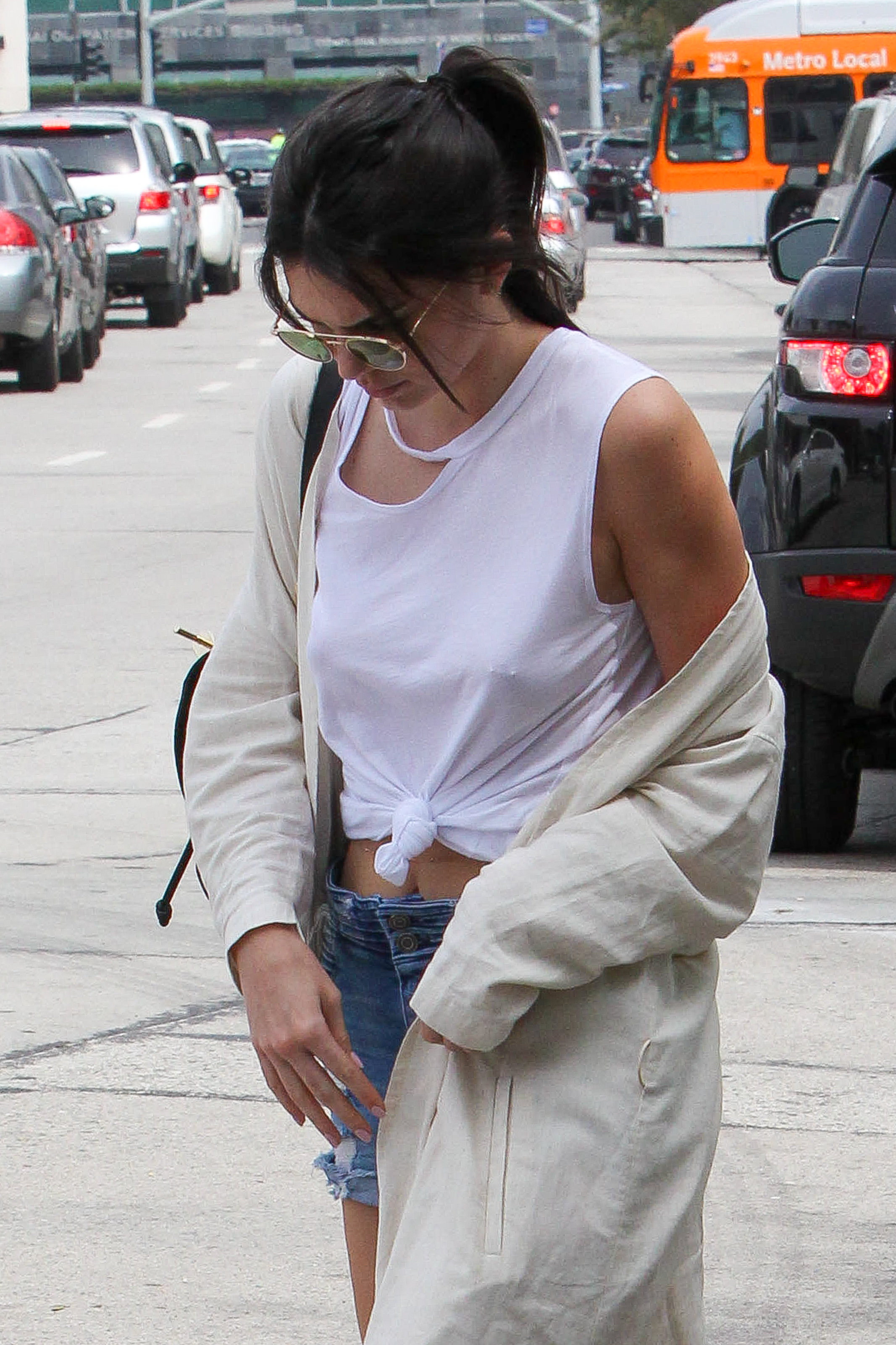 kendall-jenner-nipple-pokes-piercing-while-shopping-03