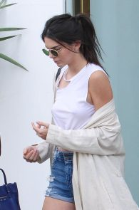 kendall-jenner-nipple-pokes-piercing-while-shopping-05