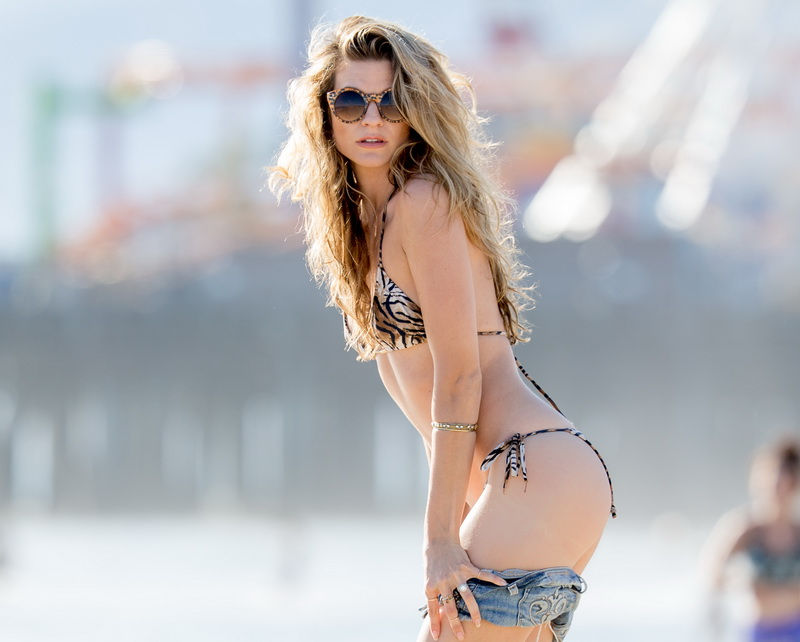 rachel-mccord-wearing-a-bikini-on-the-beach-in-la-14