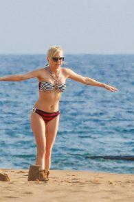 anna-faris-wearing-a-bikini-in-hawaii-01