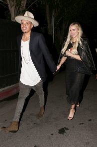 ashlee-simpson-see-through-to-ass-in-thong-at-the-nice-guy-03