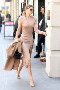 gigi-hadid-pokies-while-out-in-nyc-02