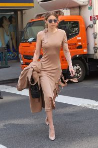 gigi-hadid-pokies-while-out-in-nyc-04