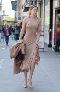 gigi-hadid-pokies-while-out-in-nyc-06