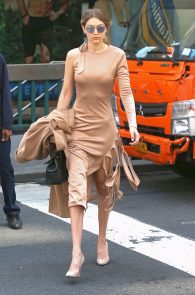 gigi-hadid-pokies-while-out-in-nyc-07