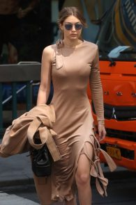 gigi-hadid-pokies-while-out-in-nyc-08