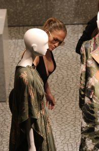 jennifer-lopez-deep-cleavage-shopping-in-miami-03