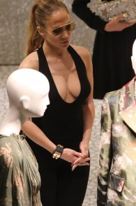 jennifer-lopez-deep-cleavage-shopping-in-miami-04