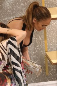 jennifer-lopez-deep-cleavage-shopping-in-miami-10