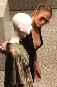 jennifer-lopez-deep-cleavage-shopping-in-miami-11