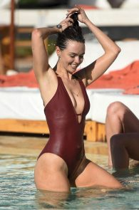 jennifer-metcalfe-pubes-and-cameltoe-in-swimsuit-poolside-01