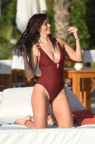 jennifer-metcalfe-pubes-and-cameltoe-in-swimsuit-poolside-02