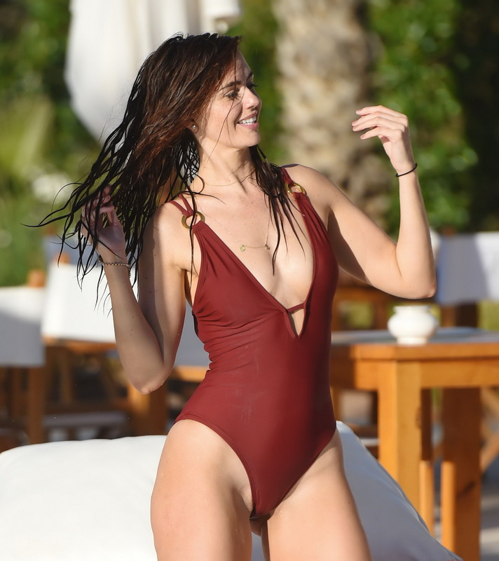 jennifer-metcalfe-pubes-and-cameltoe-in-swimsuit-poolside-13