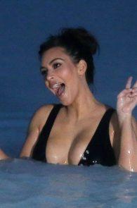 kim-kardashian-big-cleavage-in-swimsuit-in-iceland-03