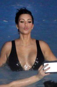 kim-kardashian-big-cleavage-in-swimsuit-in-iceland-05