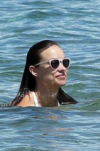 olivia-wilde-wet-nipples-in-bikini-while-in-maui-32