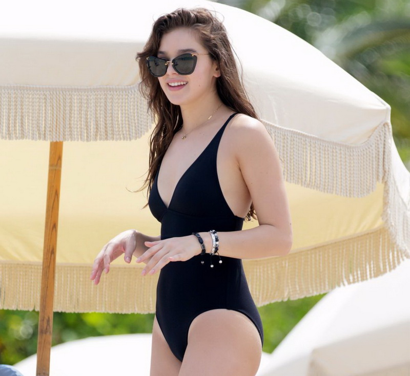 hailee-steinfeld-wearing-a-black-swimsuit-in-miami-01