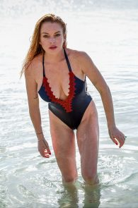 lindsay-lohan-wearing-a-swimsuit-in-mauritius-01