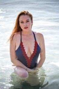 lindsay-lohan-wearing-a-swimsuit-in-mauritius-05