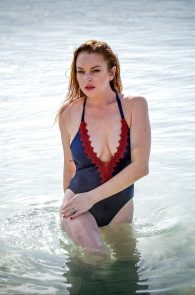 lindsay-lohan-wearing-a-swimsuit-in-mauritius-07