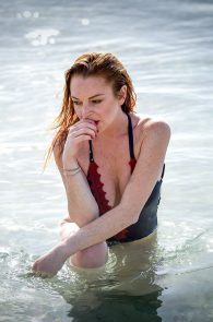lindsay-lohan-wearing-a-swimsuit-in-mauritius-08