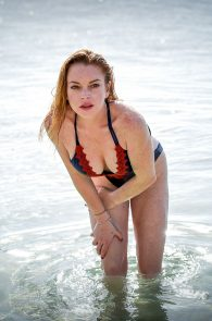 lindsay-lohan-wearing-a-swimsuit-in-mauritius-09