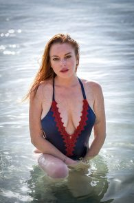 lindsay-lohan-wearing-a-swimsuit-in-mauritius-10