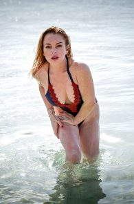 lindsay-lohan-wearing-a-swimsuit-in-mauritius-13