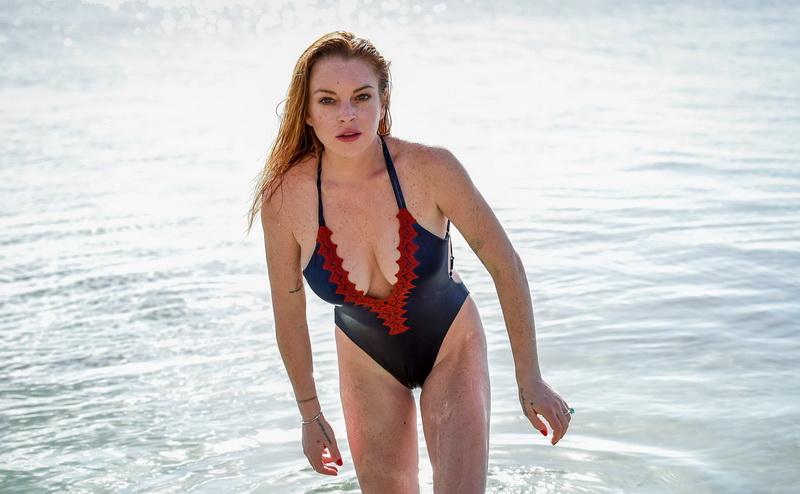 lindsay-lohan-wearing-a-swimsuit-in-mauritius-14