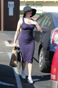 rose-mcgowan-braless-hard-nipples-while-out-shopping-02