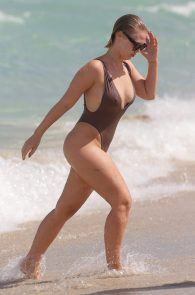 bianca-elouise-thong-bikini-pokies-in-miami-02