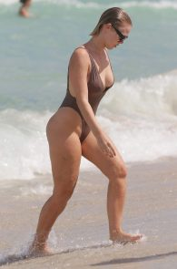 bianca-elouise-thong-bikini-pokies-in-miami-05